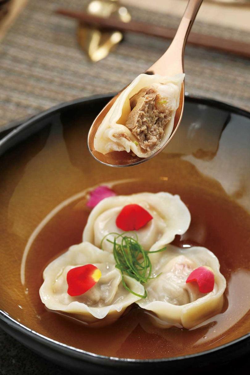 餃子裡包著和牛與天使紅蝦,淋上法式澄清牛尾湯,沾佐和牛辣油,將和牛風味發揮到極致。(套餐,4350元/人)(圖/于魯光攝)
