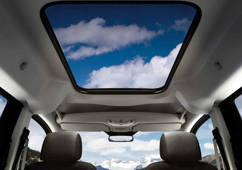 擁有超大的全景式天窗,可惜無法開啟。(圖/福特六和提供)