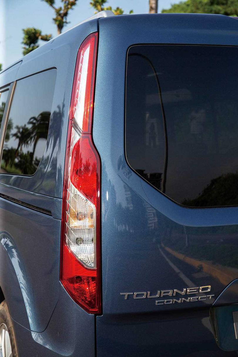 高聳的尾燈是TOURNEO CONNECT的招牌設計。(圖/黃耀徵攝)