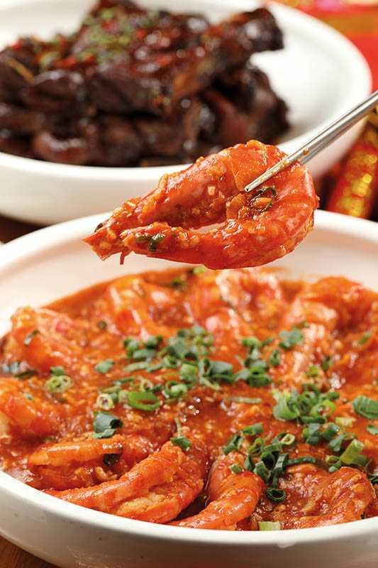 橙紅肥美的「乾燒大蝦」,盛裝在大圓盤中,展現年節喜慶氣氛。(套餐)(圖/于魯光)