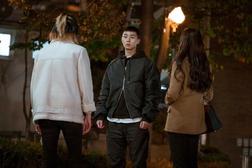 劇中朴敘俊與權娜拉(右)、金多美陷入三角戀。(圖/Netflix提供)