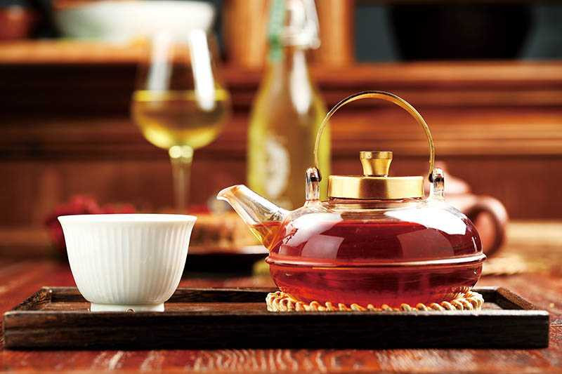 熱水沖泡的台東紅烏龍,茶香甘醇,還帶有紅茶與巧克力香。(200元)(圖/于魯光)