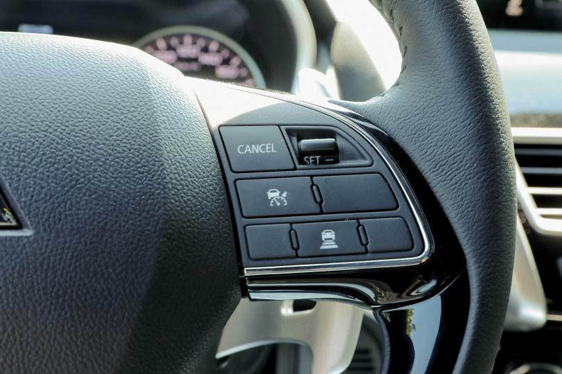 ACC跟車系統從開啟到設定,都可在方向盤右側的按鍵及滑鈕上完成。(圖/王永泰攝)