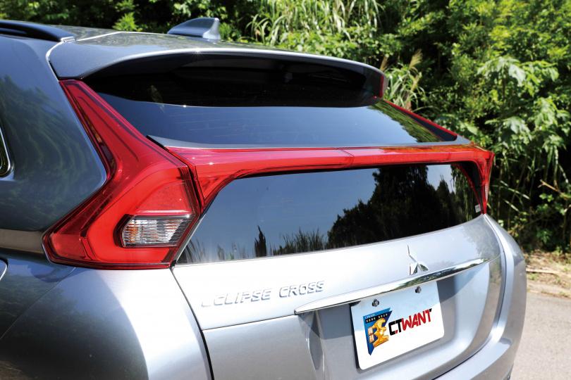 雙層式的後擋風玻璃設計,帶有掀背跑車的動感。(圖/王永泰攝)