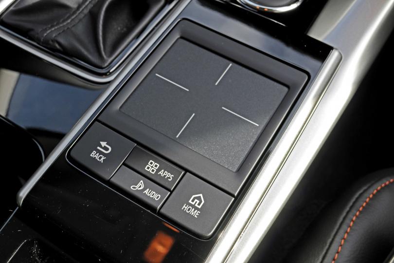 透過Touch Pad觸控式面板,可聲控或操控支援SDA多媒體連結系統的應用程式。(圖/王若攝)