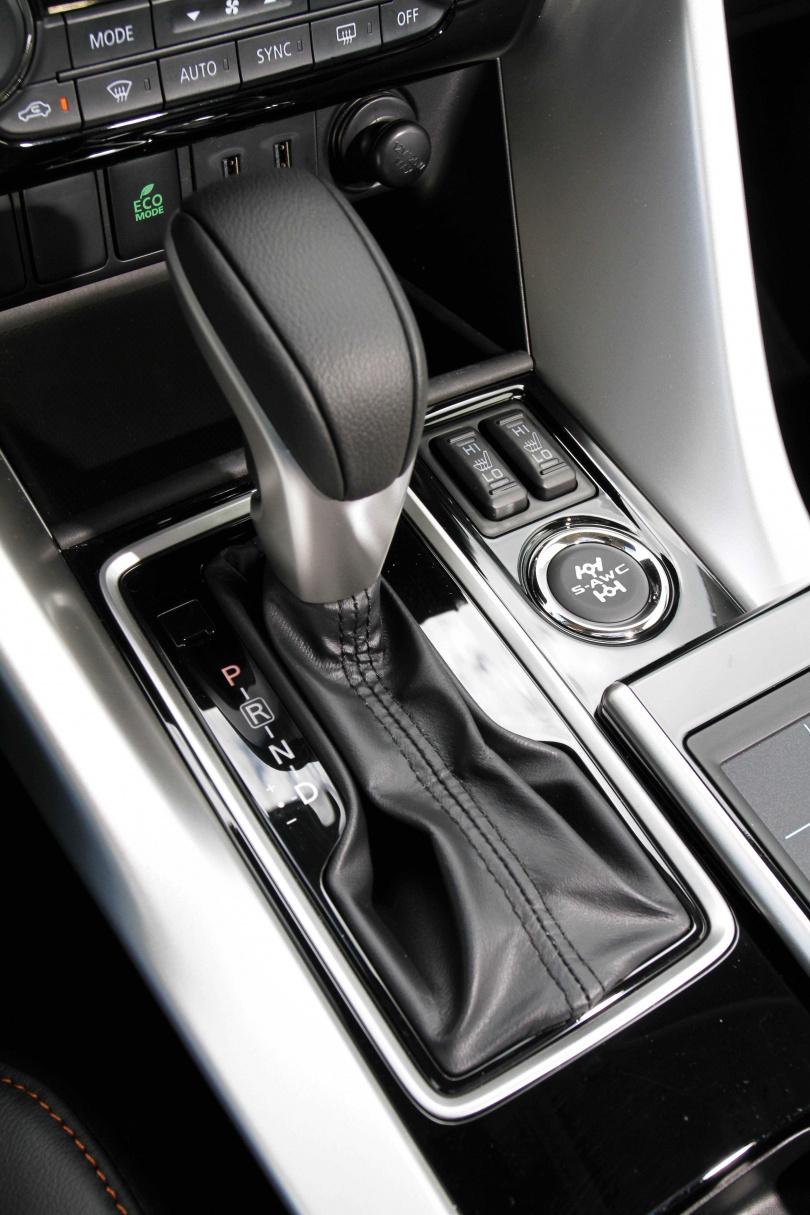 Eclipse Cross的CVT變速箱,可模擬8速手自排功能;排檔桿旁的按鍵可設定四輪驅動平地、雪地和越野3種駕駛模式。(圖/王永泰攝)
