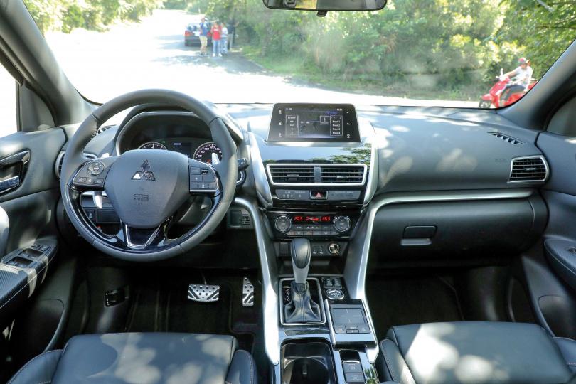 中控台上的觸控螢幕連結手機後,通訊或播放多媒體都可輕鬆操作。(圖/王永泰攝)