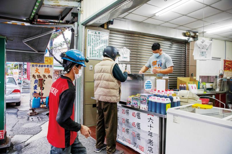有一甲子歷史的老店「一等涼冬瓜原汁」,生意從早到晚絡繹不絕。(圖/宋岱融攝)