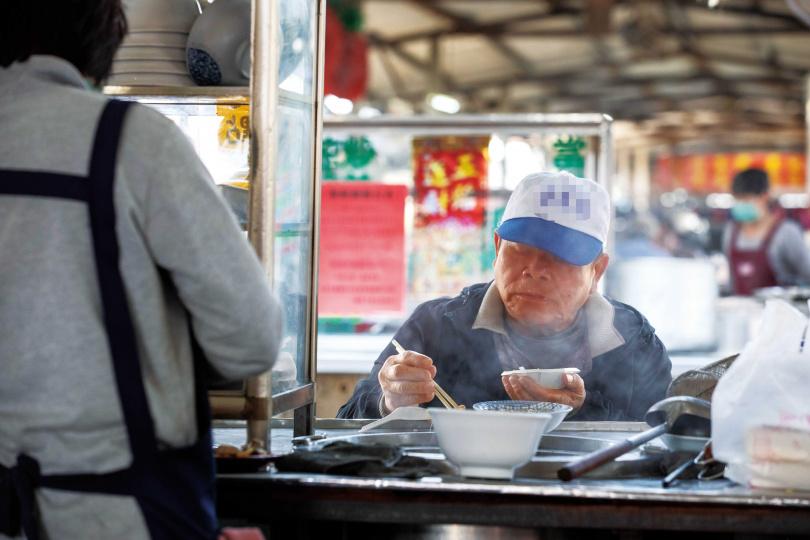 老客人往攤頭一坐,在氤氳的蒸氣中舉箸品嘗,是「旺成牛肉攤」的日常風景。(圖/宋岱融攝)