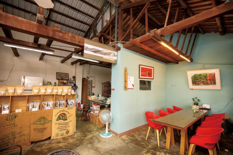改裝自舊碾米廠的「米尬咖啡」,是在地人的口袋咖啡館。(圖/宋岱融攝)