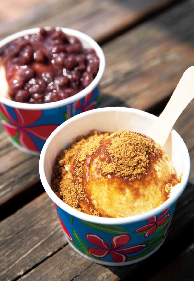 來「善化糖廠」必吃的人氣冰品是「古早糖冰淇淋」(前)與「紅豆牛奶冰淇淋」(後)。(各30元)(圖/宋岱融攝)