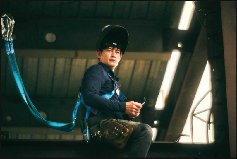 在《做工的人》裡,柯叔元飾演寡言但技術高超的鐵工「阿欽」。(圖/大慕影藝提供)