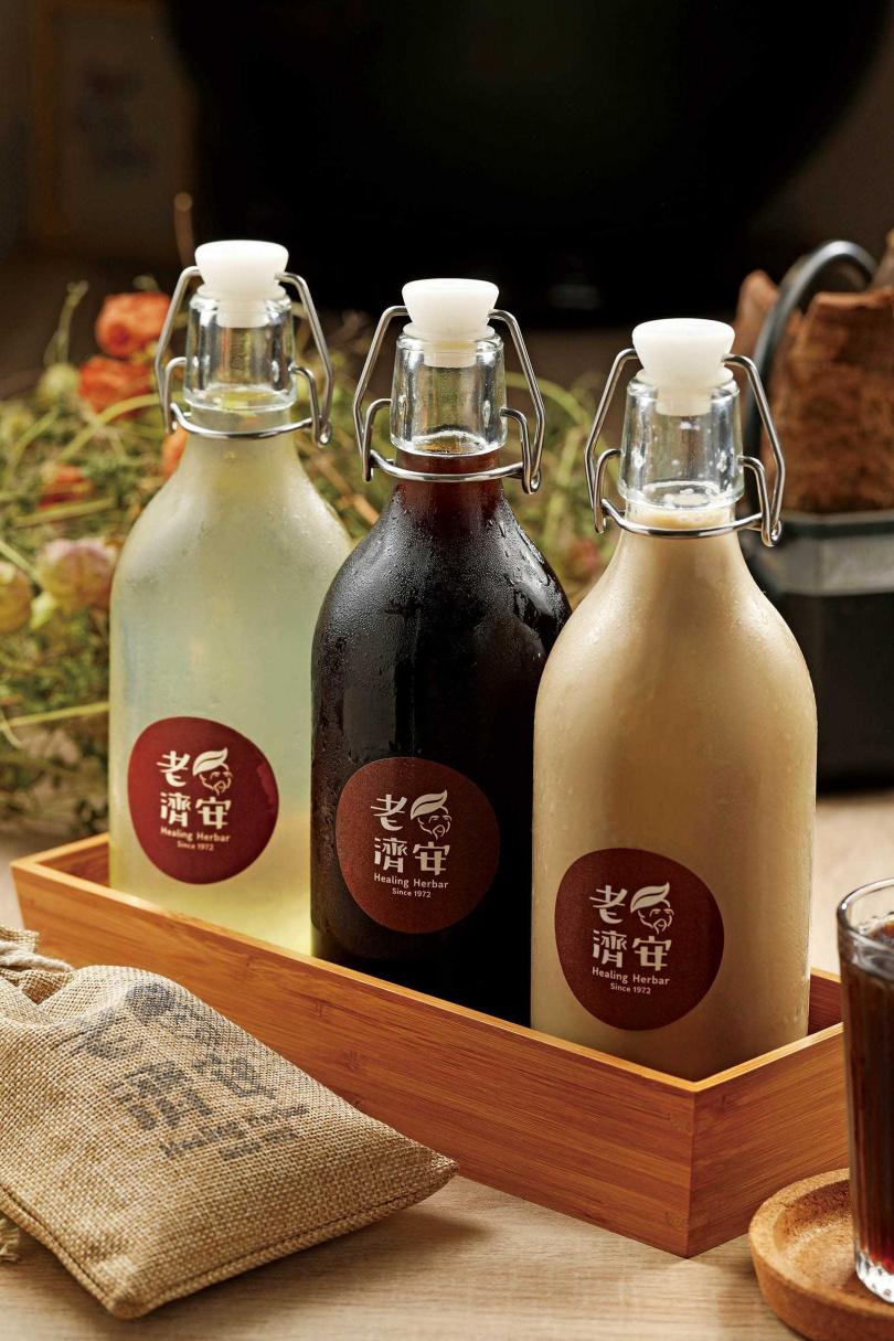 傳統茶飲(左起)「蘆薈」、「青草茶」及新開發的「青薄奶茶」,都各有擁護者。(青草茶中48元、大88元;另2款中68元、大130元。圖中為大瓶)(圖/于魯光攝)