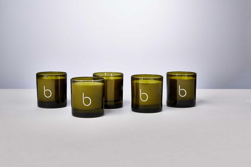 五款香氛蠟燭的基底皆是由 100% 天然大豆蠟所製成,燭芯採用有機純棉無毒蕊芯,貫徹品牌純淨自然的精神,以傳統工藝製成 100%可回收玻璃瓶身。Bamford 英式花園香氛蠟燭 330g /2,800元 (圖/品牌提供)
