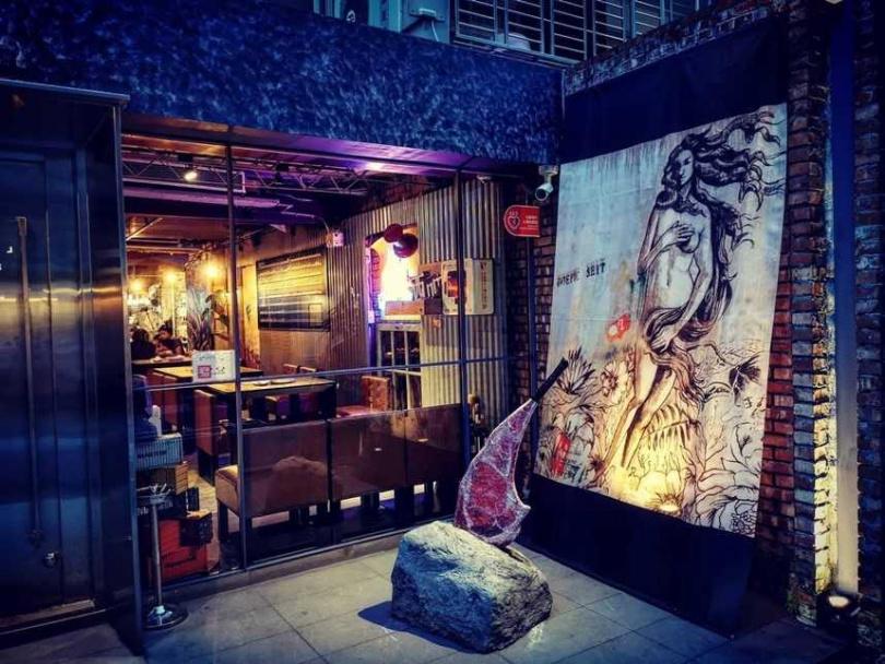 帶有黑色幽默的餐廳,處處可見搞笑巧思,如店門口的石中斧。