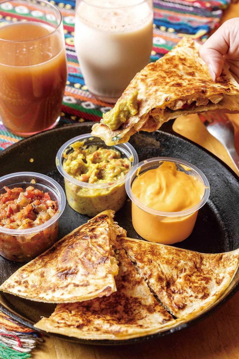 「雞肉薄餅」除了搭配經典酪梨醬,獨創的鳳梨莎莎醬是絕配。(245元)(圖/焦正德攝)
