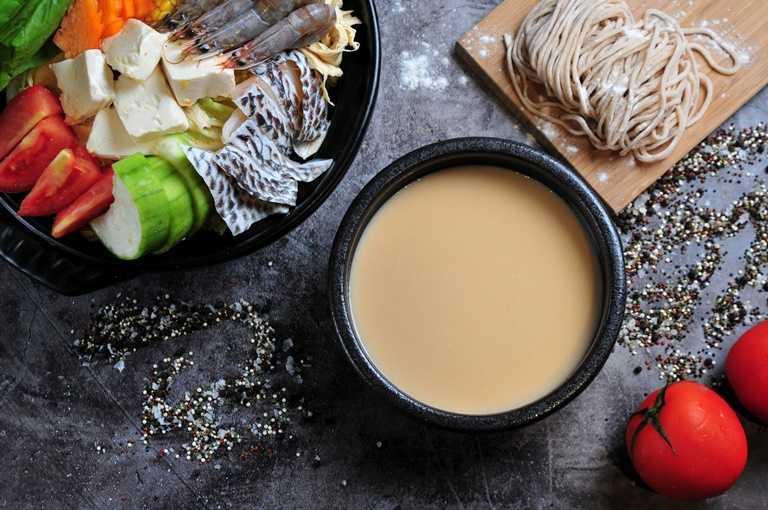 「三文魚味噌湯底」以香氣十足的日式味噌搭配肥美鮭魚,熬煮出富含營養價值的鮮甜湯頭,除了做為火鍋湯底外,更是在家自製創意料理的好幫手。