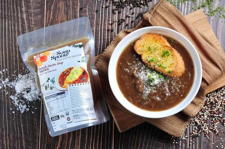 「法式洋蔥濃湯」為歐洲經典湯品,使用大量洋蔥及蔬菜拌炒並熬製而成,可口的焦糖色澤及清香味十分適合配上一片烤過的起士麵包,品嚐浪漫的法式風情。