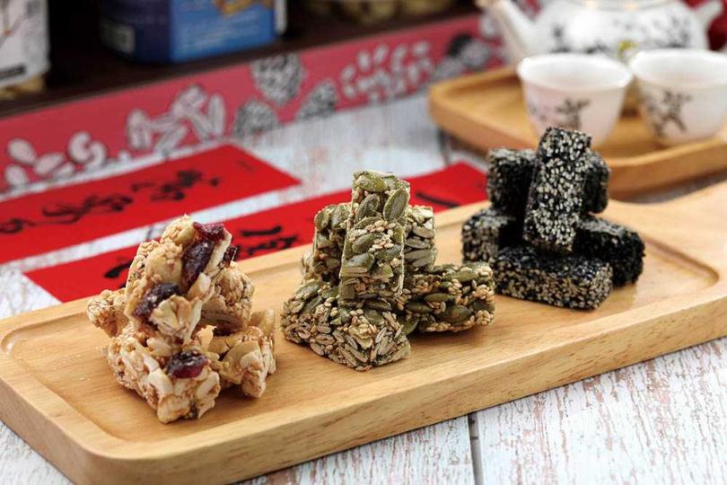 「穀粉小舖」研發出低麥芽、低糖的手作酥糖。(蔓越莓腰果200元/罐、南瓜子140元/罐、芝麻100元/罐)(圖/于魯光攝)