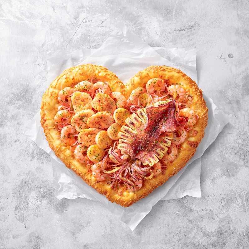 有著愛心造型的「愛你魷龍蝦干貝比薩」,獻給媽媽最適合!