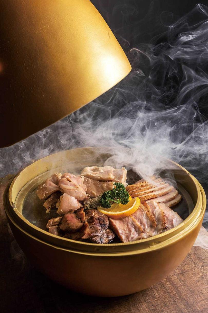 兼顧視覺、嗅覺與味覺的「煙燻金蛋」,客人必點。(420元)(圖/焦正德攝)