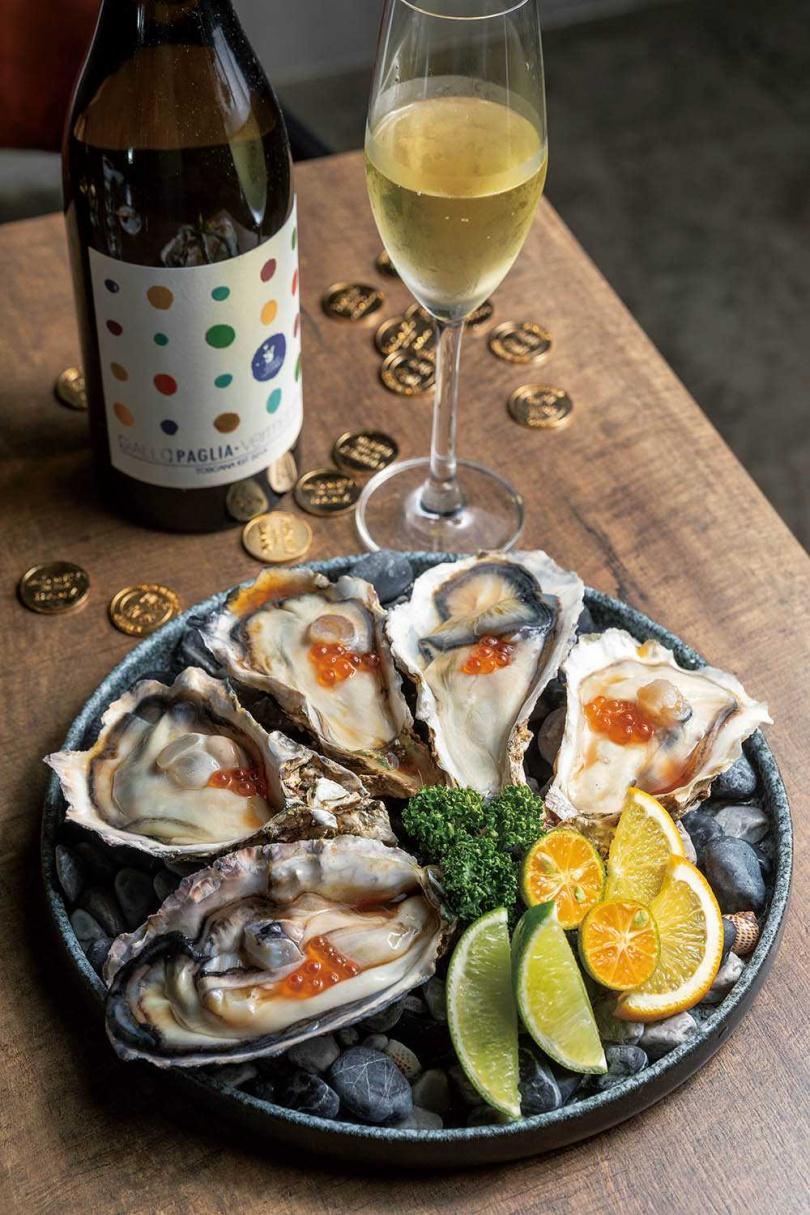 「日本生蠔」以陳年巴薩米克醋與鮭魚卵提味,吃起來更鮮甜。(360元/5顆)(圖/焦正德攝)