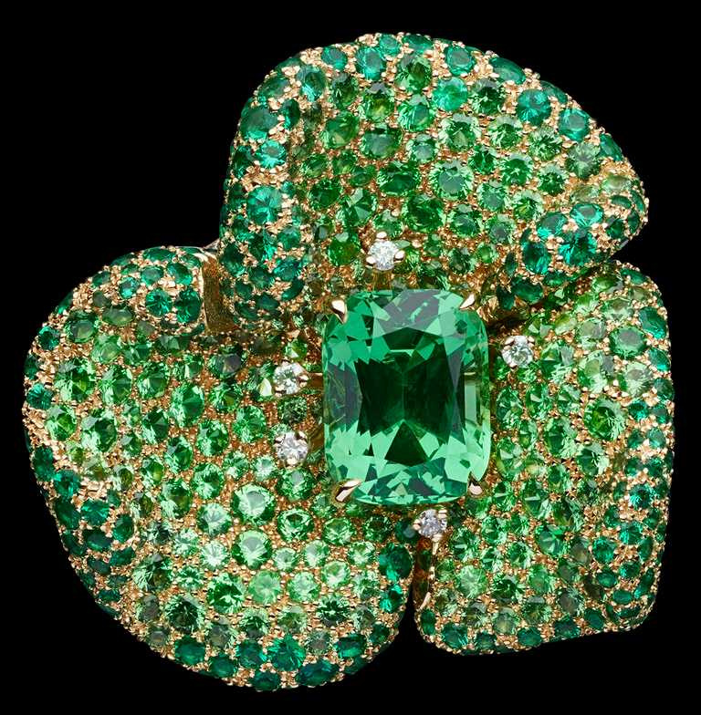 DIOR「RoseDior」系列高級珠寶,Vert Acacia沙弗萊石祖母綠戒指╱7,800,000元。(圖╱DIOR提供)