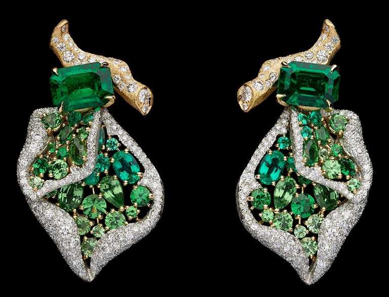 DIOR「RoseDior」系列高級珠寶,Vert Cinabre祖母綠鉑金鑽石耳環╱17,000,000元。(圖╱DIOR提供)