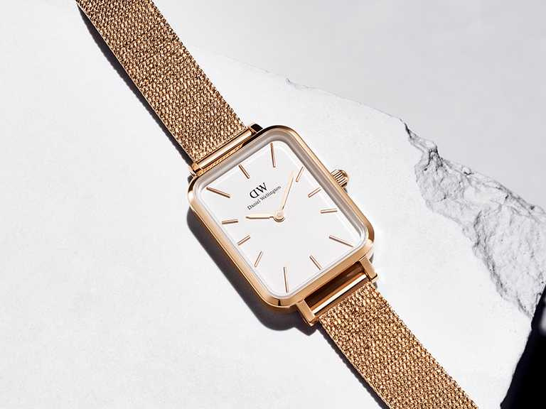 DW「Quadro」優雅新方錶,316 L不鏽鋼錶殼,蛋殼白錶盤,20mm,日本石英機芯,玫瑰金色麥穗式金屬編織錶帶╱5,990元。(圖╱Daniel Wellington提供)