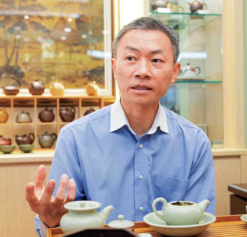 天仁茗茶經理沈明興認為,冷泡茶雖然香氣釋放較慢,但也能減輕茶的澀味。(圖/黃耀徵攝)