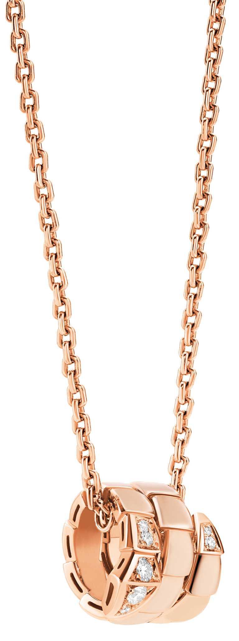BVLGARI「Serpenti Viper」系列,玫瑰金半鑲鑽墜鍊╱128,300元。(圖╱BVLGARI提供)