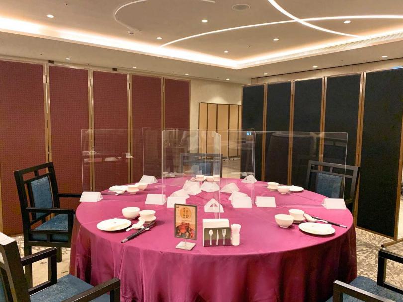 為用餐安全,家宴中餐廳設置隔板且全面清潔消毒。