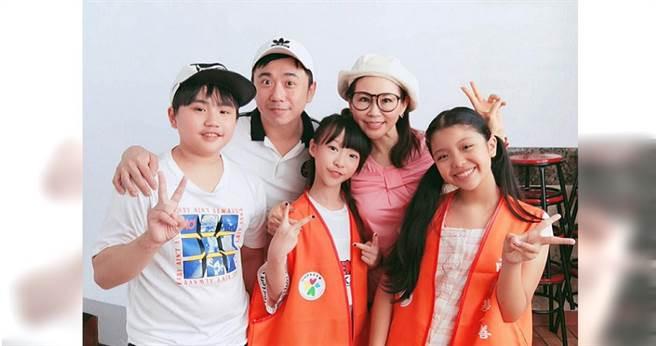 小彬彬溫兆宇(左二)帶著兒子小小彬(左)幫雨揚老師當公益志工。(圖/雨揚基金會提供)