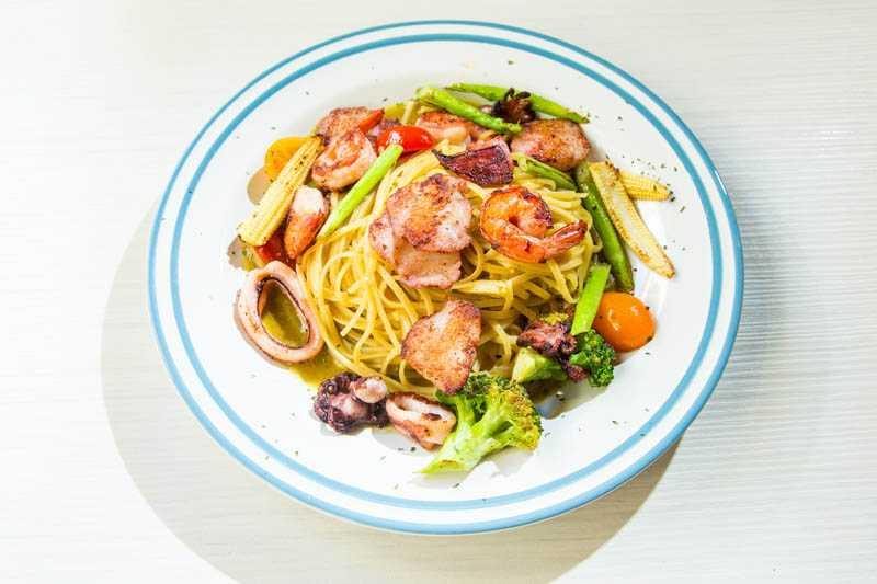 很會做菜的黃尚禾,對於「花生俱樂部」的主餐、下酒菜及甜點,都讚不絕口。綠咖喱海味細扁麵(360元)(圖/張祐銘攝)