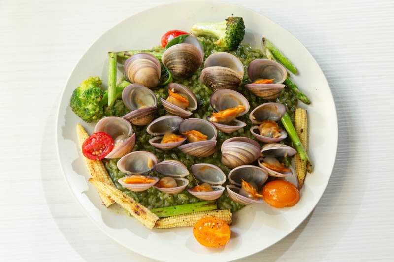 很會做菜的黃尚禾,對於「花生俱樂部」的主餐、下酒菜及甜點,都讚不絕口。青醬燉飯佐辣炒赤嘴蛤(380元)(圖/張祐銘攝)