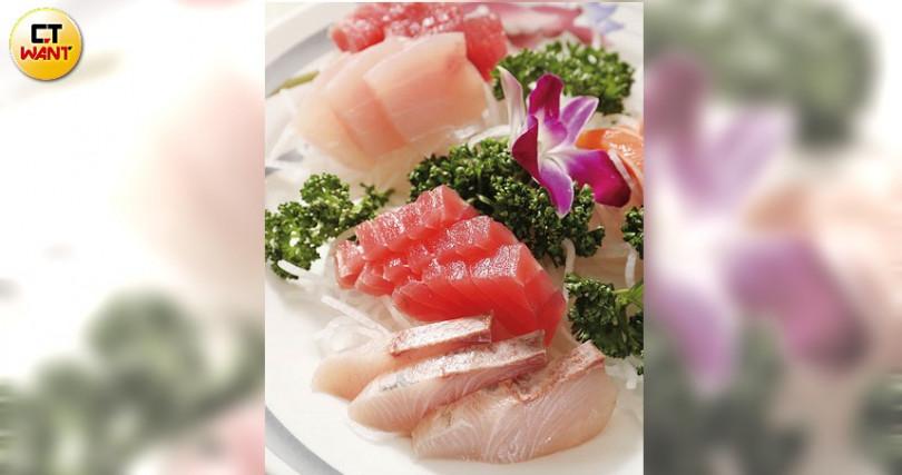 將現撈魚貨直接切片上桌,是走訪東北角一定要吃的海味,也是「嘉邑海鮮小館」必點菜色(時價)。(圖/于魯光攝)