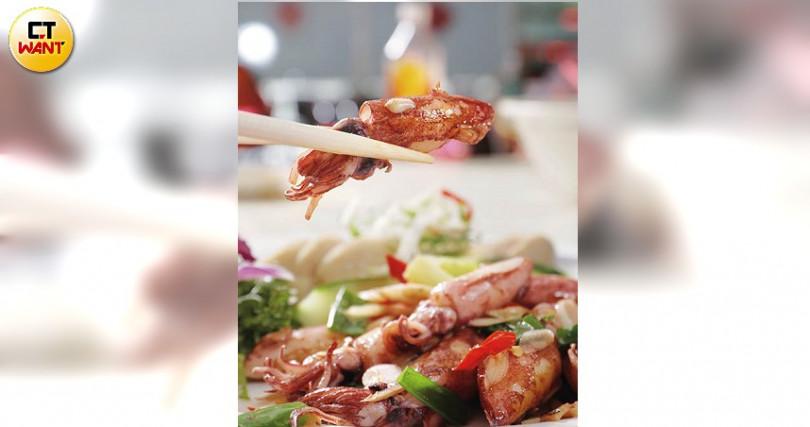 俗稱「大頭仔」的野生小卷是東北角的特產,經過油燜料理,依然保有脆口Q彈的新鮮滋味,是「嘉邑海鮮小館」老闆的拿手菜之一(油燜小卷260元/大份)。(圖/于魯光攝)