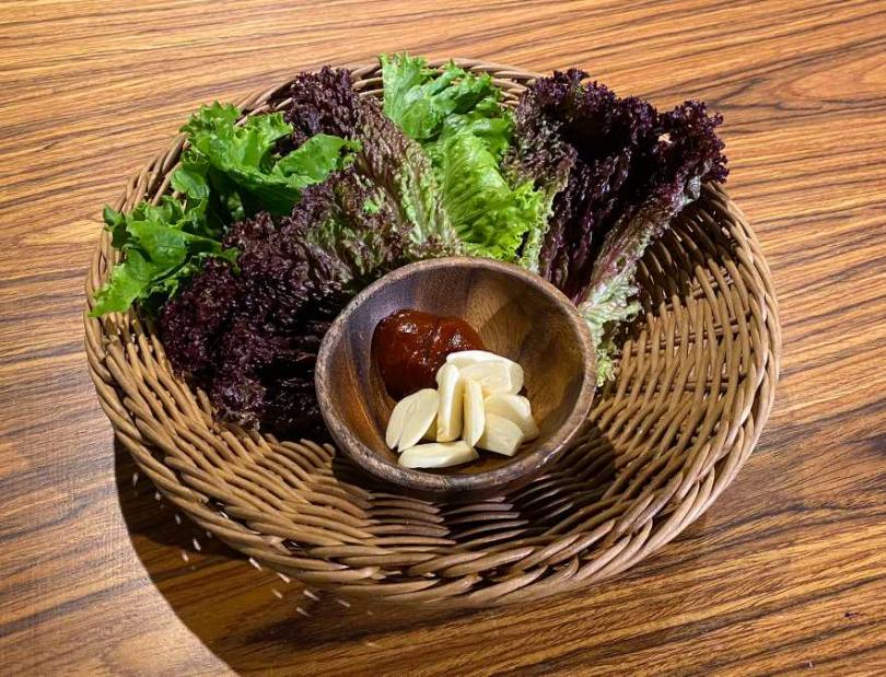 生菜盤中的紅捲葉含有維他命C。(圖/上吉燒肉提供)