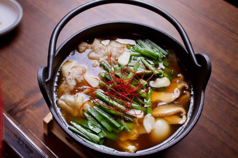 博多牛腸鍋。(圖/ABV日式居酒館提供)