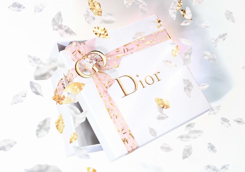 「迪奧線上快閃店」母親節活動期間,推出不限金額、品項,只要下單即可享有超精美的母親節法式贈禮包裝服務。這個包裝服務超級頂級,是白色燙金Dior logo的禮盒,緞帶有金箔點綴的透明粉紅色紗緞帶,如果滿額到5,000元更進階,加碼包裝金色CD綴飾唷!