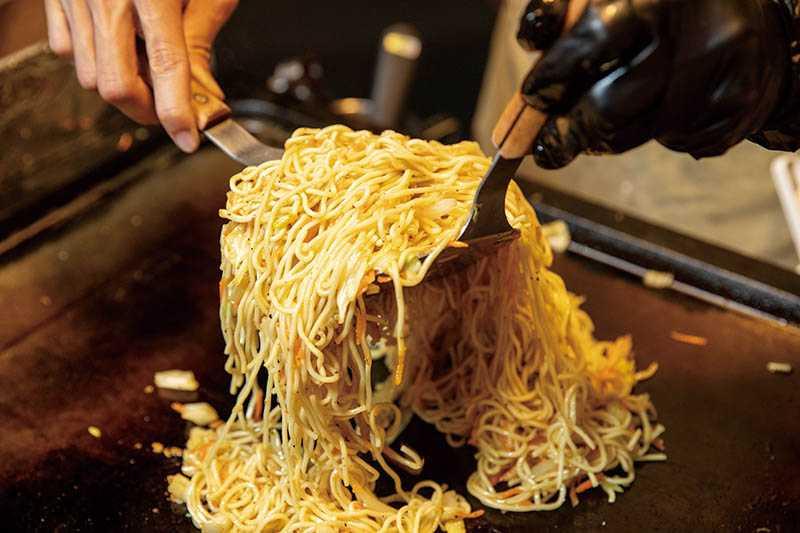 陳家輝為了讓「日式炒麵」風味均勻又富口感,特別挑選較細的油麵以凸顯整體表現。(圖/宋岱融攝)