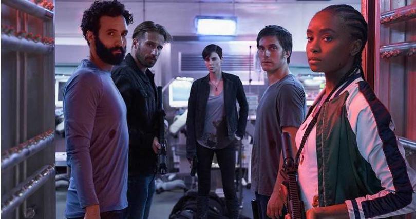 莎莉賽隆(右3)率領其他四位同樣有著自癒超能力的殺手組成「不死軍團」。(圖/Netflix提供)