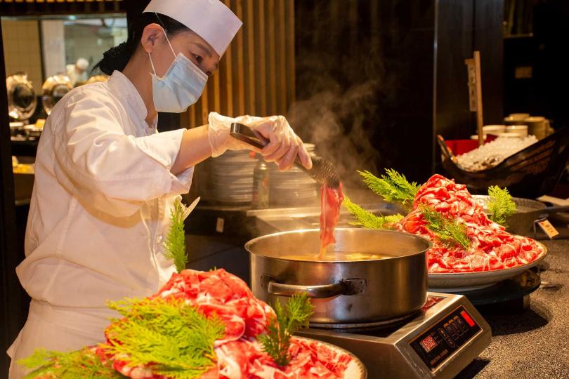 現涮現吃的「牛肉壽喜燒」。(圖/欣葉日本料理提供)