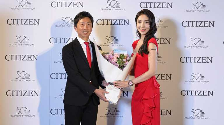 CITIZEN台灣分公司總經理渡邊將人先生,與品牌之友楊謹華,共同為全新「東京‧紅」限量版腕錶發表站台。(圖╱CITIZEN提供)