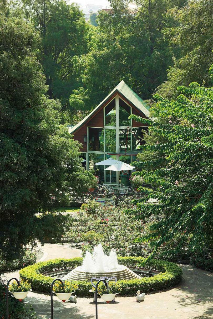 「全得玫瑰莊園」的餐廳建築採歐風設計,與噴泉、樹木花草構成美麗風景。(圖/于魯光攝)