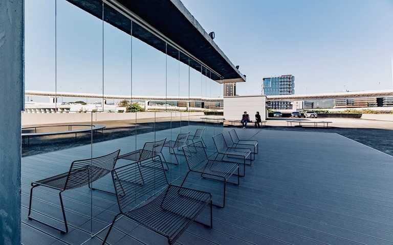 頂樓天台坐擁開闊視野,未來將以更多戶外藝術裝置,一起眺望城市街景。