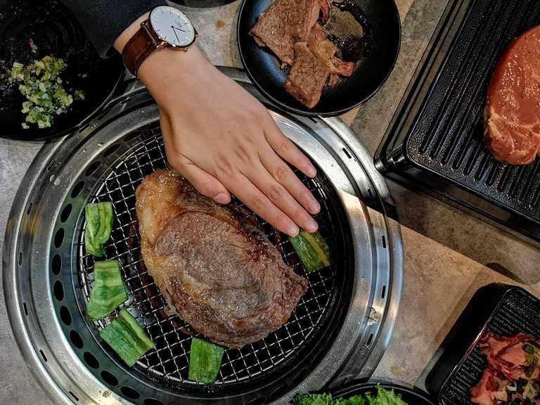 超大片的肋眼牛排比手掌還大,吃來過癮。
