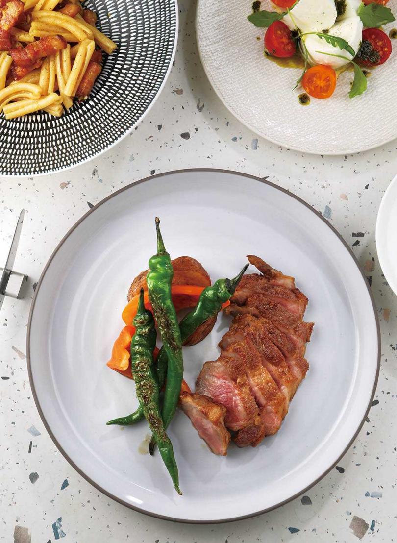 「西班牙比吃」以伊比利豬搭配季節蔬菜,呈現自然風味。(1500元套餐主菜)(圖/于魯光攝)