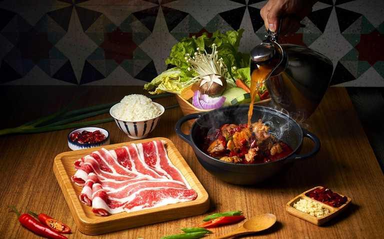 梅花豬肉辣子爆雞乾溼雙饗鍋。