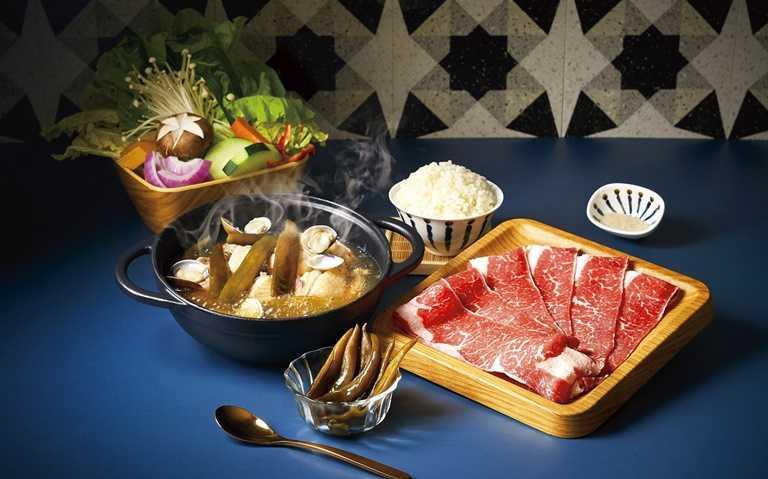 雪花牛肉金熬剝皮辣椒雞鍋是最經典的招牌。
